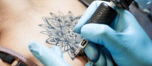 Tatuaggi pericolosi: 9 pigmenti ritirati dal Ministero della Salute
