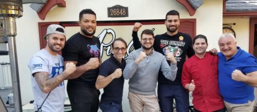 """I componenti del Ristorante """"Puglia"""" in compagnia del campione dei pesi massimi Guido Vianello"""