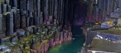 Fingal's Cave is one of the many fascinating sites to visit in Scotland. [Image dun_deagh/Flickr]