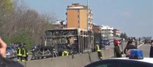 I resti dello scuolabus bruciato a San Donato Milanese: sarebbe Adam il vero autore della telefonata che ha allertato i carabinieri.