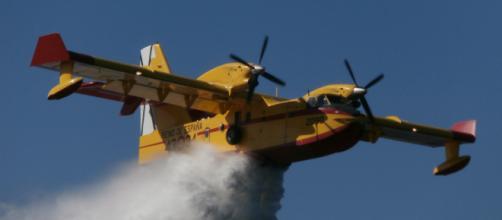 Un Canadair apagafuegos suelta su cargamento en un incendio