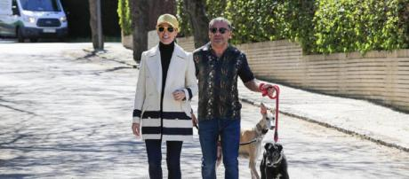 Vázquez, junto a Raquel Sánchez Silva, este lunes paseando a sus galgos. / GTRES