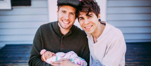 Matthew et son compagnon, avec leur fille