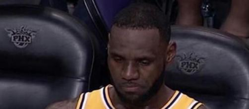 LeBron appeared to show frustration on the bench during Lakers' loss to Suns on Saturday (Mar. 1). [Image via NBA/YouTube]