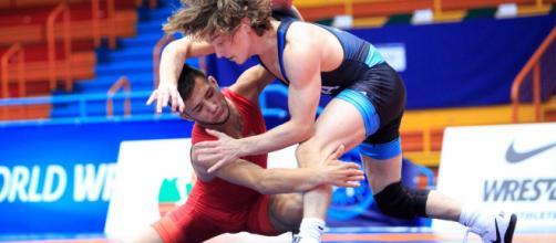 Simone Piroddu (rosso) impegnato in una competizione di lotta - Fonte: Mario Piroddu