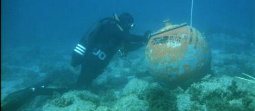 Un buceador de la UBMCM realiza una desactivación de una mina marina