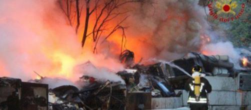 Vigili del fuoco al lavoro spegnere il rogo alla Bovisa a MIlano