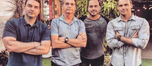 Jair Bolsonaro ao lado dos filhos, com Carlos no seu lado esquerdo. (Foto: Reprodução/Arquivo Blasting News)