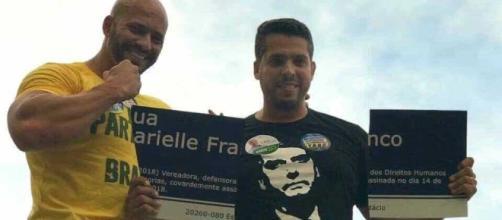 Rodrigo Amorim segurando placa quebrada com o nome de Marielle Franco (Reprodução)