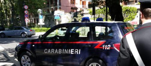 Roma, ladro acrobata si cala dal tetto, poi finge un malore e aggredisce i Carabinieri