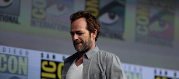 Luke Perry speaking at the 2018 San Diego Comic Con International (Gage Skidmore; Flickr)