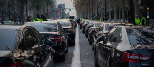 Cabify vuelve a operar en Barcelona sorteando la precontratación
