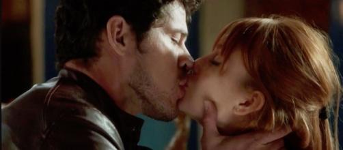 O beijo de José Loreto e Marina Ruy Barbosa. (Foto: Reprodução/TV Globo)