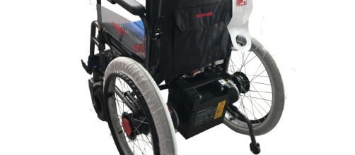 Un joven ahorra durante dos años para regalarle una silla de ruedas a un amigo