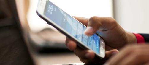 Aplicativo de celular que mulher toma iniciativa. (Imagem: acervo da BN)