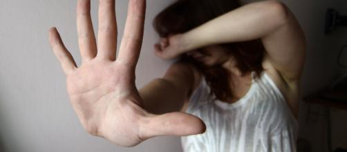 Scoprono che è lesbica: figlia picchiata e violentata dal padre.