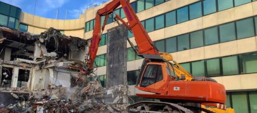 Un obrero se cobró venganza y demolió los edificios que había construído.