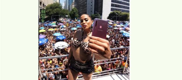 Anitta interrompeu o show por causa de tentativa de assalto (Foto: Reprodução / Instagram)