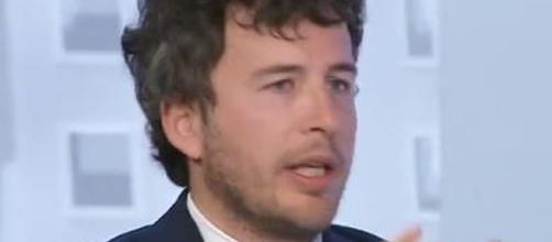 Fusaro difende il governo: 'Almeno aiuta le classi deboli, non le banche' (VIDEO)