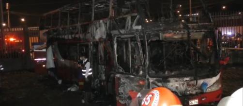 Incêndio em ônibus no Peru. (Reprodução/RecordTV!)