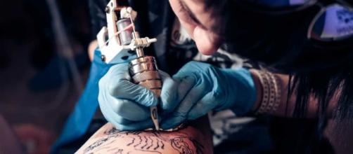 Mulher denuncia tatuador por abuso sexual. (Foto: Arquivo Blasting News)