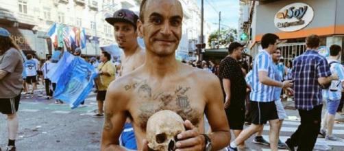 Torcedor levou crânio do avô para a festa em Buenos Aires. (Reprodução/ Twitter)