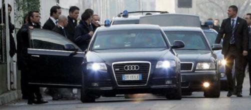 Un'auto di stato Audi A6 scortata dagli agenti