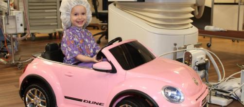 Crianças dirigem mini-carros para diminuir a ansiedade. (Divulgação/Tenet Healthcare)