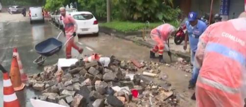 Flash floods damage cars, streets in Rio de Janeiro. [Image source/Sharjah24 News YouTube video]