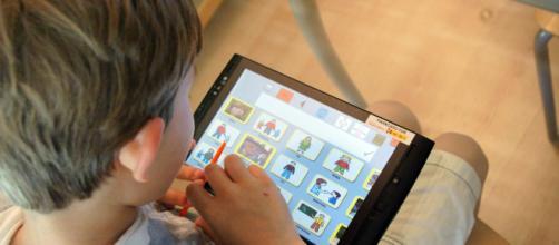 Fotografía de archivo de un niño jugando con una tablet