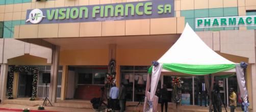 L'entrée de Vision Finance SA à Yaoundé au Marché Central © Odile Pahai