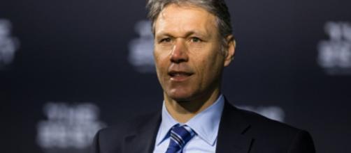 Van Basten mostra una maglia della Juve sui social per un quiz