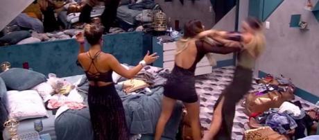 Durante discussão, Hariany empurra Paula. (Reprodução/GloboPlay)