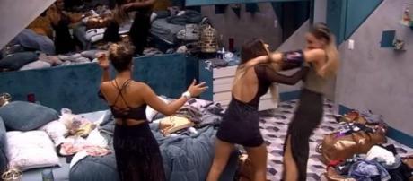 Paula e Hariany brigam em festa. (Reprodução/ Globoplay)