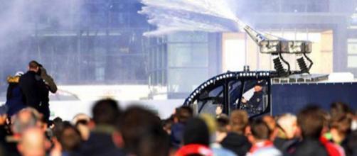 Cariche e incidenti fuori dalla Amsterdam Arena