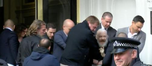 Julian Assange es detenido en la embajada de Ecuador en Londres