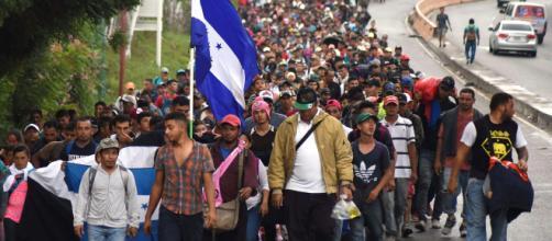 Migrantes hondureños se trasladan hacia Estados Unidos. - ultimahora.sv