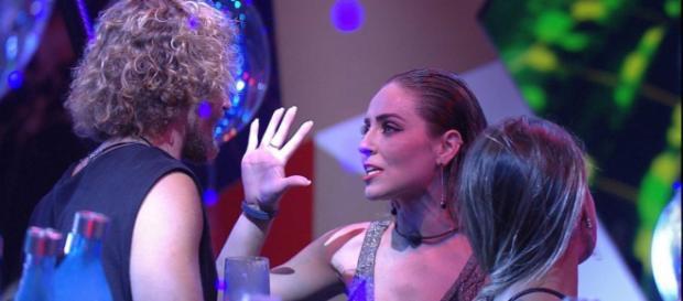 Paula e Alan trocaram sutis desavenças durante festa. (Reprodução/ TV Globo)