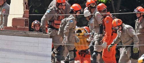 Al menos dos muertos en derrumbe de edificios en favela de Río de Janeiro.