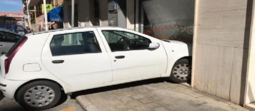 Cagliari, suora 80enne finisce con l'auto dentro un centro estetico.