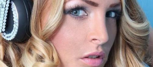 Carate Brianza, arrestata la showgirl Kyra Kore per sfruttamento della prostituzione | fanpage.it