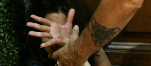 Catania, picchiava la moglie costringendola a compiere molestie sul figlio: arrestato