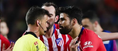 Diego Costa, frente al árbitro del partido