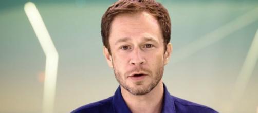 O apresentador Tiago Leifet mostra a reação da Hariany ao ser expulsa (Reprodução/TV Globo)