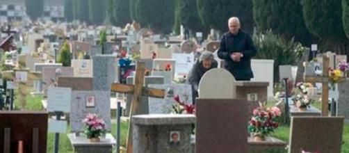 Bologna, via le croci dai cimiteri: 'Offendono le altre religioni'
