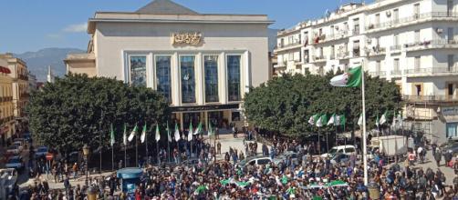 Folle oceaniche nelle strade dell'Algeria per l'ottavo venerdì consecutivo: il risveglio della primavera araba.