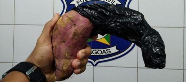 Suspeito criou arma de batata-doce. (Divulgação/Polícia Civil Alagoas)