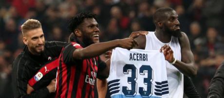 Kessie e Bakayoko mostrano la maglia di Acerbi ai tifosi del Milan