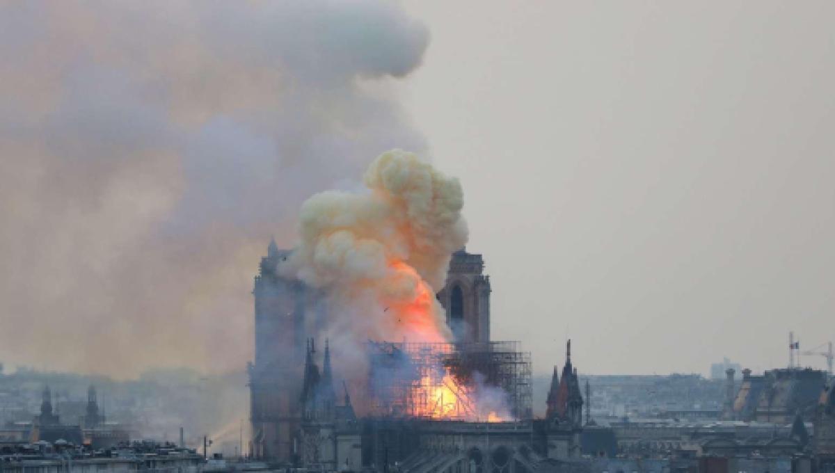 Notre dame tra il fuoco e le fiamme i soccorsi sono al lavoro per