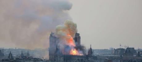 Parigi, grosso incendio devasta Notre-Dame